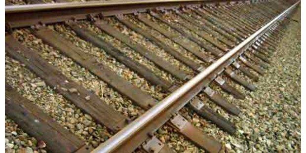 PKW in Niederösterreich stieß gegen Aspangbahn