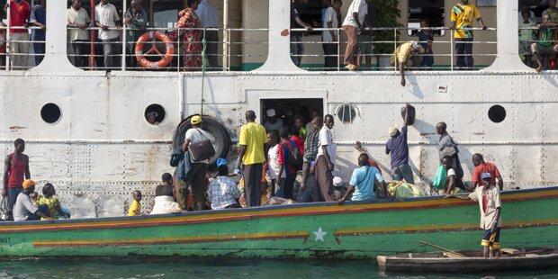 Sturmwind blies Schiff um - Über 100 Tote