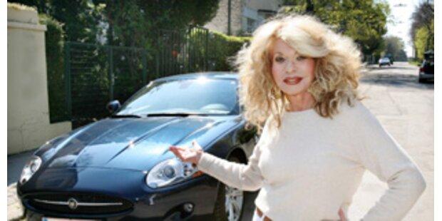 Jeannine Schiller freut sich über neuen Jaguar