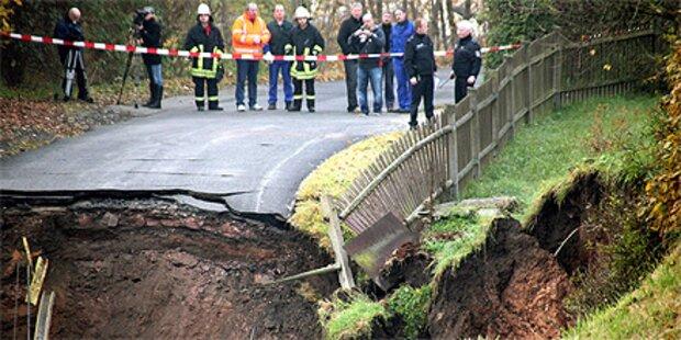 Riesen-Krater verschluckt Auto