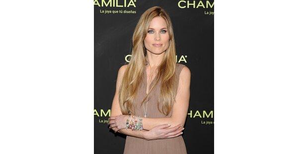 Model Helen Swedin präsentiert Armbänder