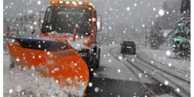 Stau-Chaos wegen Schnee und Urlauberverkehr in Tirol