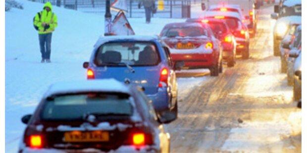 Schneesturm stoppt 200 Autos in England