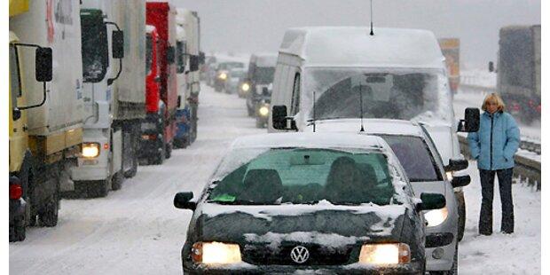 Schneechaos auf Österreichs Straßen