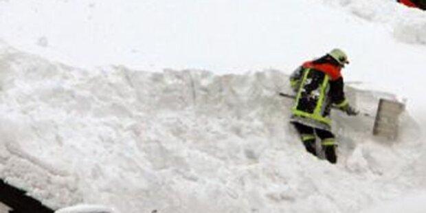 Lagerhalle bricht unter Schneelast zusammen