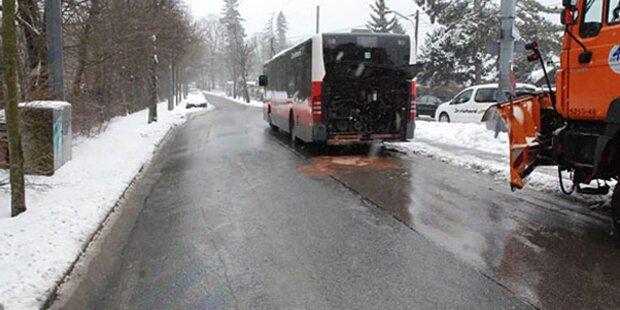Schneepflug rammte Linienbus