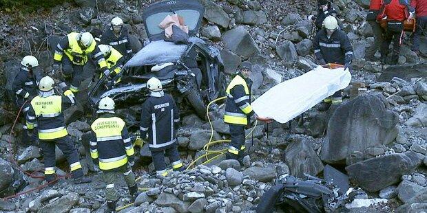 Auto stürzt in Bachbett - 2 Tote