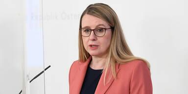 'Kaufhaus Österreich': SPÖ bringt Ministeranklage gegen Schramböck ein