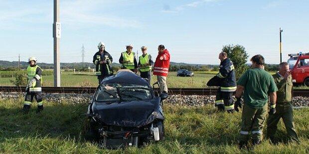 Zug schleift Auto mit - ein Schwerverletzter