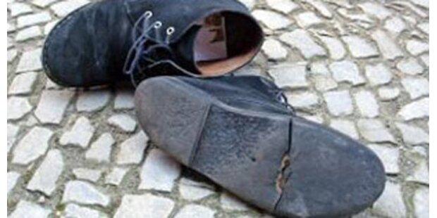 Einbeiniger Dieb stiehlt einen Schuh