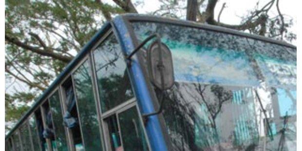 Schulbus stürzte in Straßengraben - zwei Verletzte