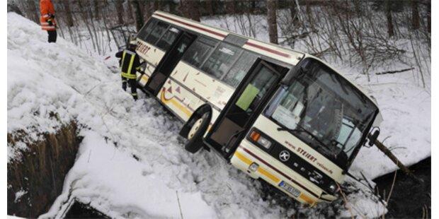 Schulbus stürzte in Flussbett