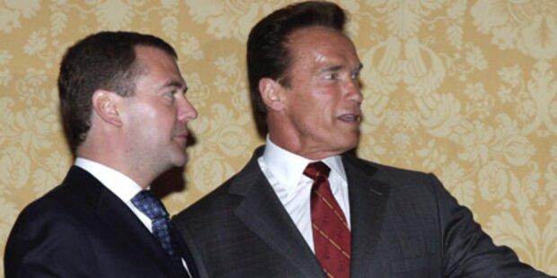 Schwarzenegger empfängt Medwedew