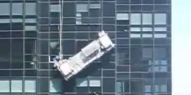 Schwebebühne reißt in 75 m Höhe