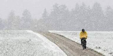 Schweiz: Ein Radfahrer kämpft sich in Schwarzenburg durch den Schnee.