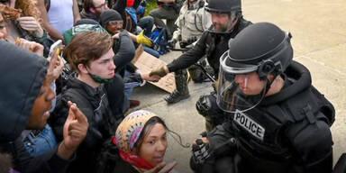 USA-Proteste: Polizisten knien mit Demonstranten nieder