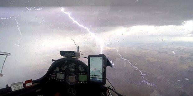 Segelflugzeug fliegt durch Gewitterwolke