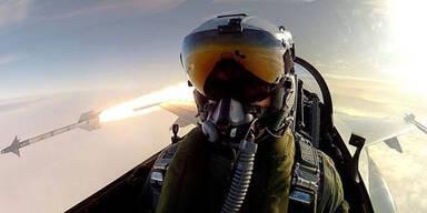 Irres Selfie: Kampfjet- Pilot feuert Rakete ab