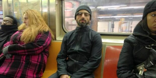 Sergey Brin mit Google-Brille in der U-Bahn