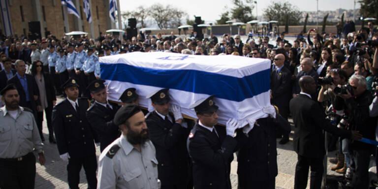 Sharon-Grab mit Granaten beschossen