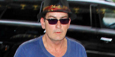 Nackter Sheen zerstört Hotelzimmer