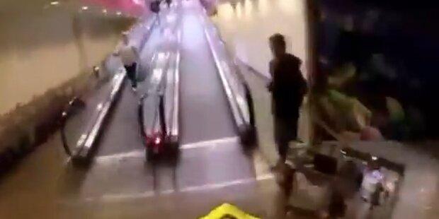Mit dem Motorrad durchs Einkaufszentrum
