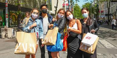 Menschen mit Maske auf der Mariahilfer Straße