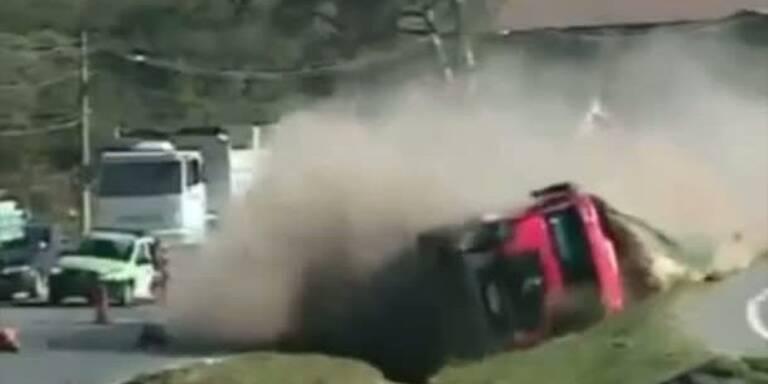 Lastwagen kippt in Kurve um