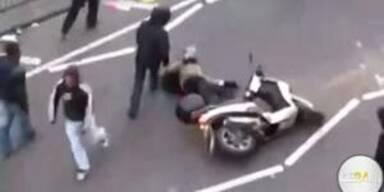 Mann von fahrendem Moped gerissen