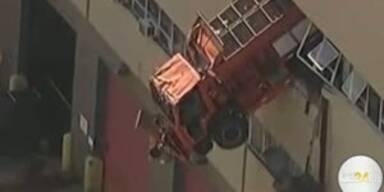 LKW hängt in Gebäude aus zweitem Stock