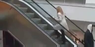 Blondine versteht Rolltreppe nicht