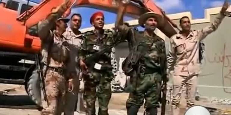 Rebellen reißen Gaddafi-Villa nieder