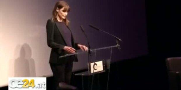 Carla Bruni zeigt Babybauch