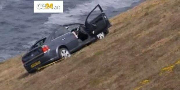 Frau stürzt mit Auto Klippe hinunter