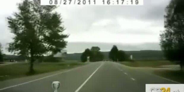 Schockvideo: Kind läuft vor rasendes Auto