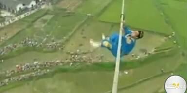 Artist stürzt in 100m Höhe von Seil