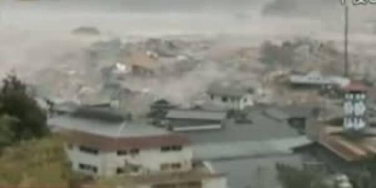 Tsunami zerstört eine ganze Stadt.