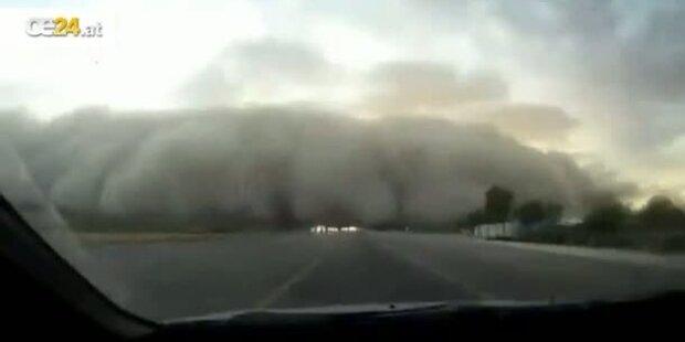 Auto fährt durch Monstersandsturm