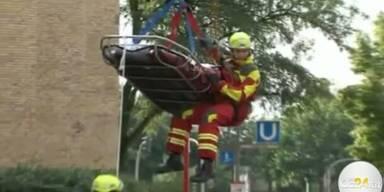 250 Kilo schwerer Mann mit Kran gerettet