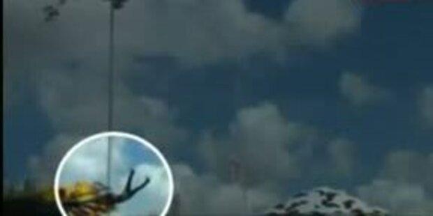 Dreijähriges Mädchen fliegt aus Karussell