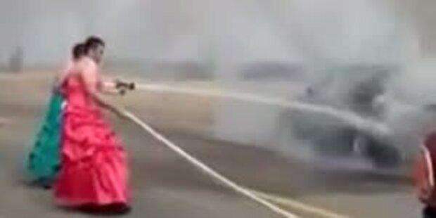 Drag-Feuerwehrmänner löschen in Kleidern