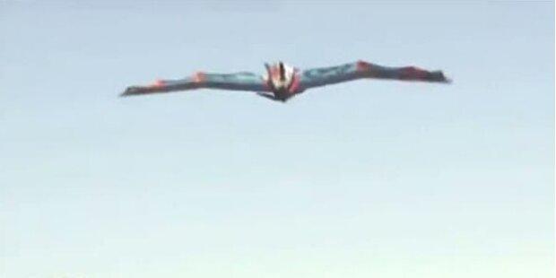 Mann fliegt mit selbstgebauten Flügeln