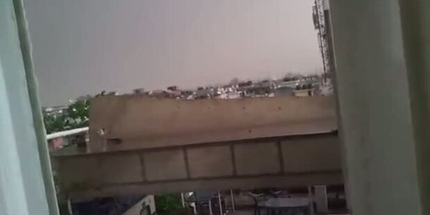 Sturm in Delhi reißt ein Dach in Stücke