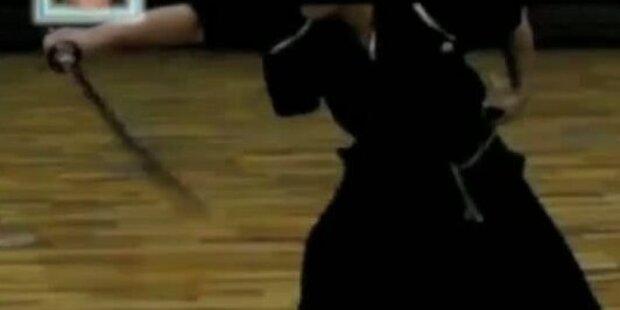 Japaner spaltet heranfliegenden Ball im Flug