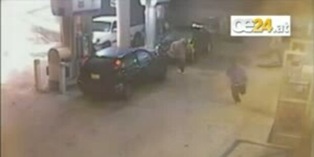 Betrunkener crasht Auto in Tankstelle