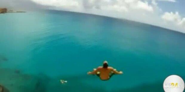Waghalsiger Sprung von Hoteldach ins Meer