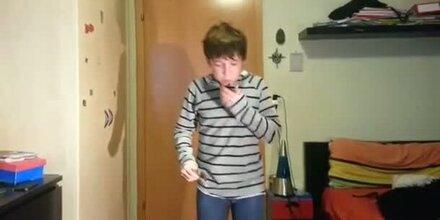 Junge versucht puren Zimt zu essen