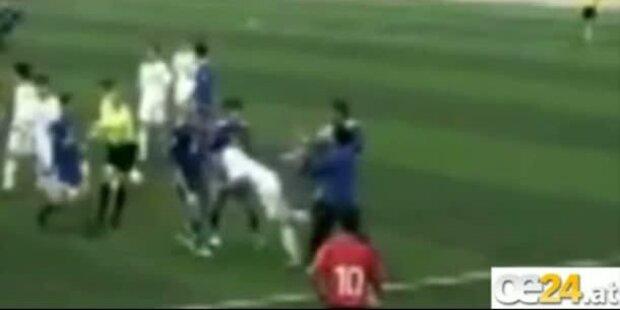 Brutales Kung-Fu-Foul bei Fussballspiel
