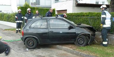 Auto kracht in Mauer - 2 Schwerverletzte