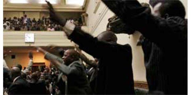 Mugabe eröffnet Parlament Simbabwes